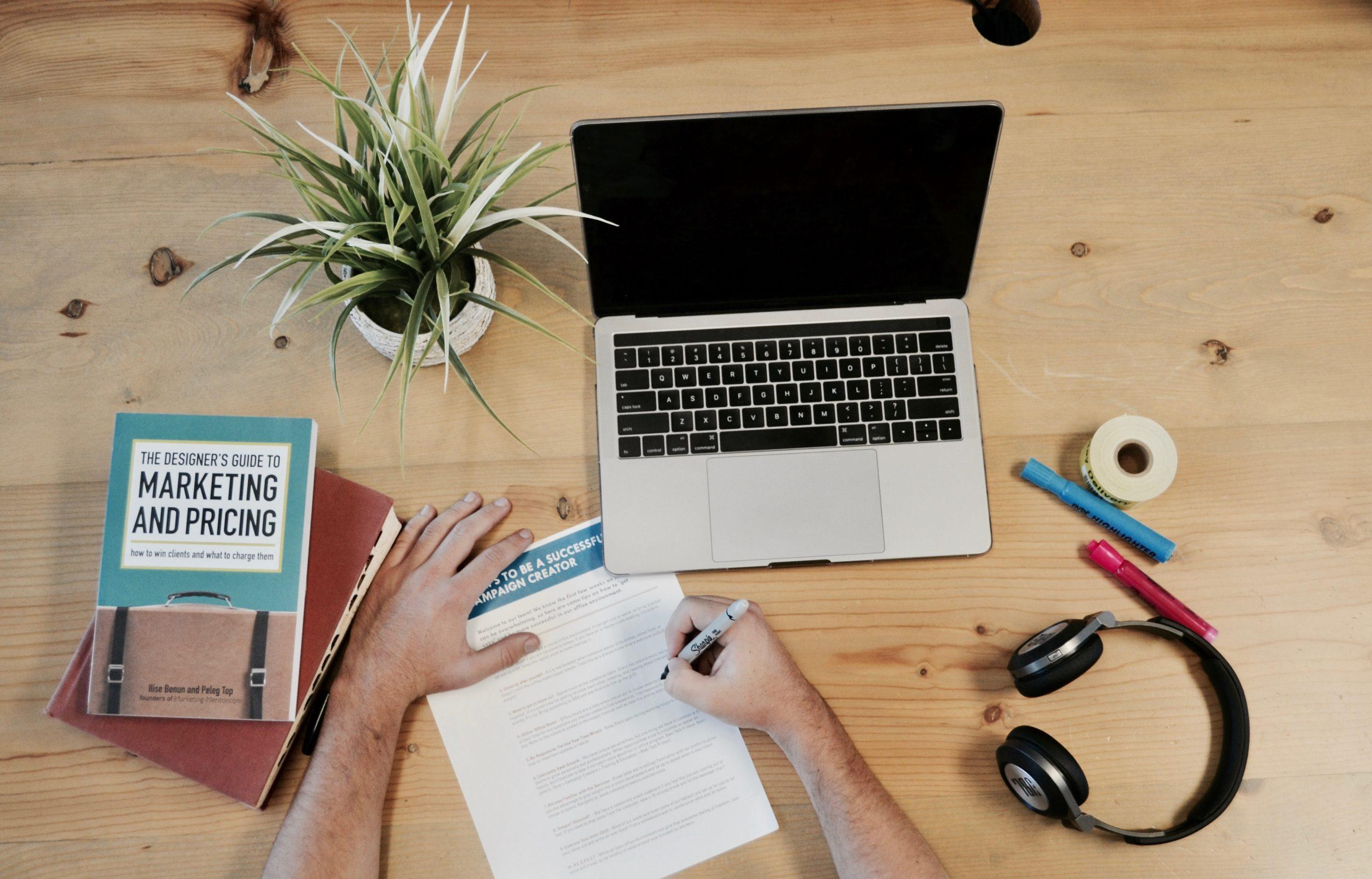 Какво работи виртуалният асистент?